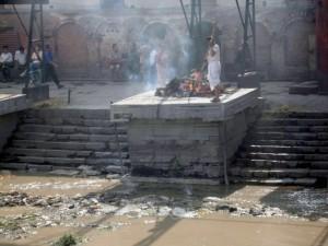 Cremação no Templo hindu Pashupatinath
