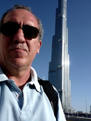 Paulo e o prédio mais alto do mundo, o Burj Khalifa,com 828m