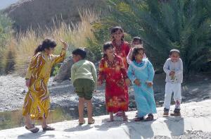 """Crianças brinca, no """"wadi"""", sim existe água!"""