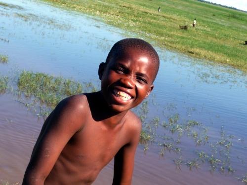 Alegria no rosto do menino, no caminho para o lago