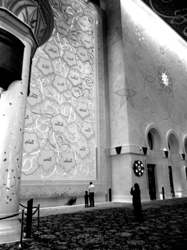 Orando na Mesquita Sheikh Zayed