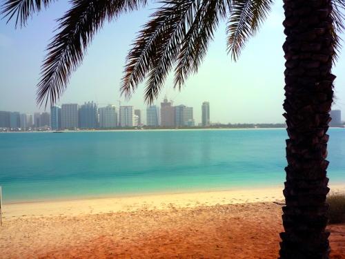 """Vista de Abu Dhabi no almoço no """"Heritage Village"""""""