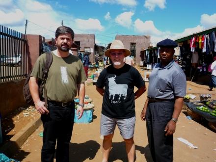 Paco, Vick e Bereng, colegas de trabalho, no mercado em Lilongwe