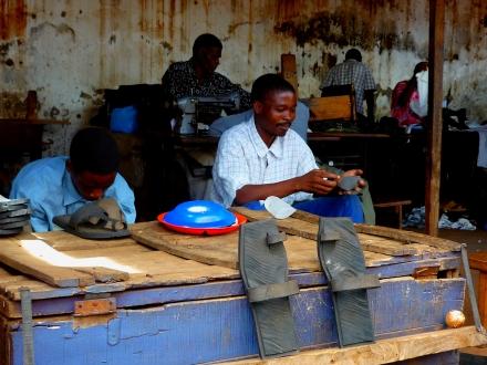 Fabrica de sandálias com material reciclável