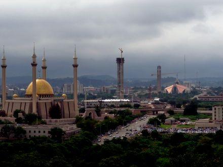 Mesquita, e ao fundo a Igreja cristã, em Abuja.
