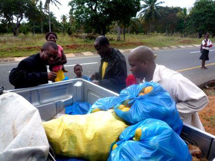 No caminho, comprando tangerianas, madioca, piri-piri, etc...